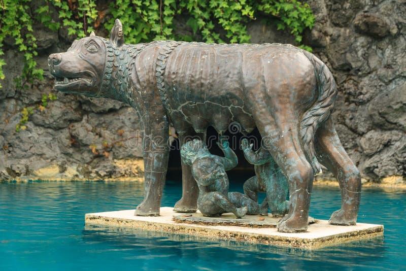 Bronsstandbeeld van Romulus en Remus en Roman Wolf stock afbeeldingen