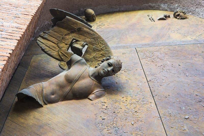 Bronsstandbeelden op de deur van de Basiliek van St Mary van de Engelen en de Martelaren stock foto