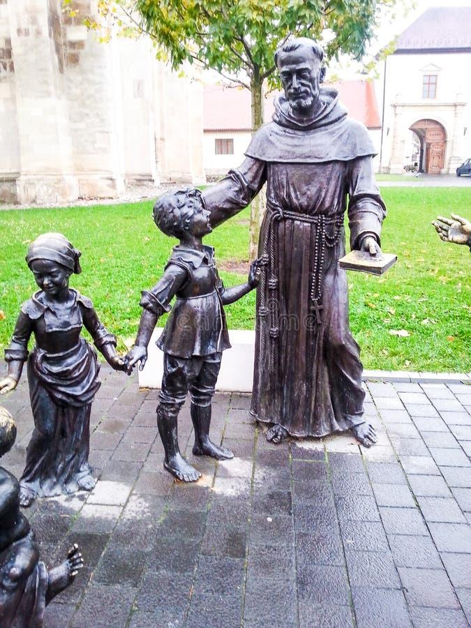 Bronsstaty av kvinnan och ungar royaltyfri foto