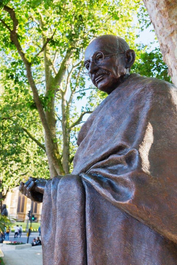 Bronsstaty av Mahatma Gandhi i London arkivbilder
