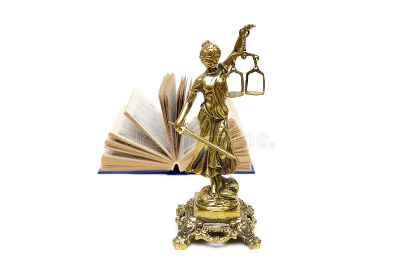 Bronsstaty av rättvisa och en öppen bok royaltyfri fotografi