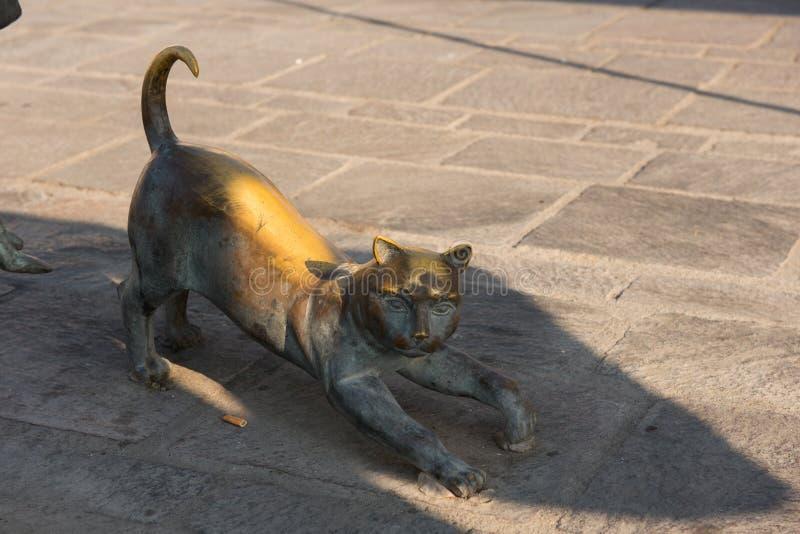 Bronsstaty som föreställer en katt royaltyfri bild