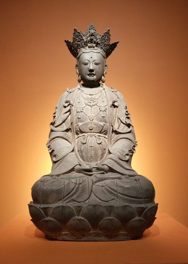 bronsstatybuddism snider arkivfoto