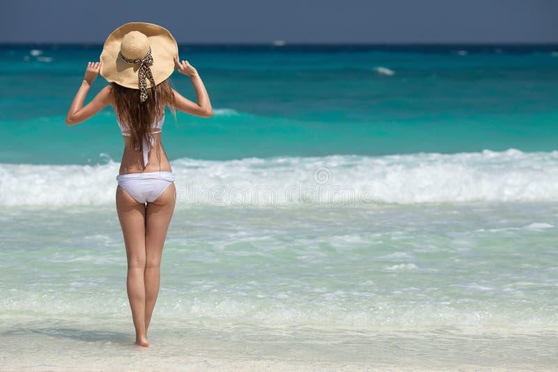 BronsTan Woman Sunbathing At Tropical strand royaltyfria bilder