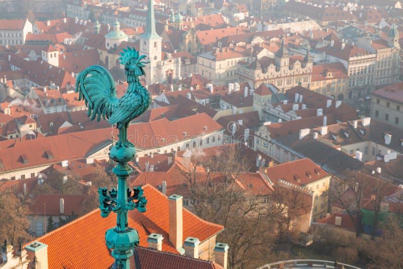 Bronsweerhaan bij het dak van St Vitus ` Kathedraal bij het Kasteel van Praag stock afbeeldingen