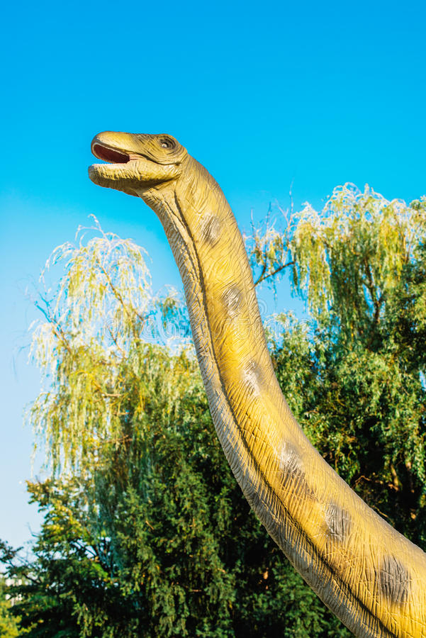 Brontosaurus στο πάρκο του Νόβι Σαντ Dino στοκ φωτογραφίες
