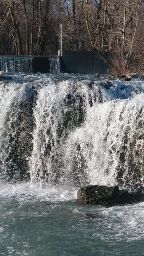 Bronwateren door Christina Farino Waterfall binnen royalty-vrije stock afbeelding