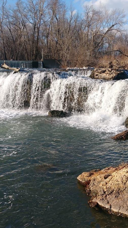 Bronwateren door Christina Farino Waterfall in de Lente Joplin stock afbeelding