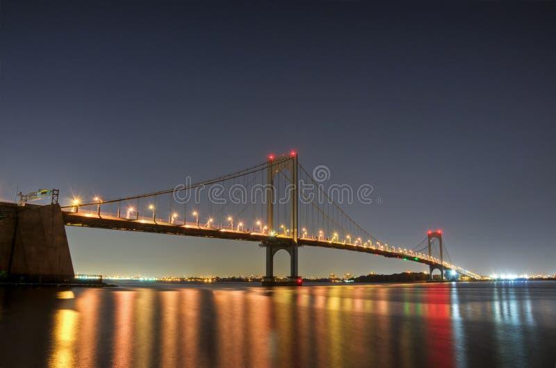 Bronx--Whitestonebrücke nachts stockbild