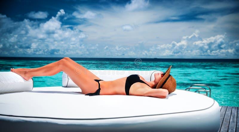 Bronzage sur la plage photos stock