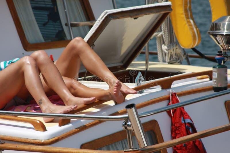 Bronzage sur le yacht photographie stock libre de droits
