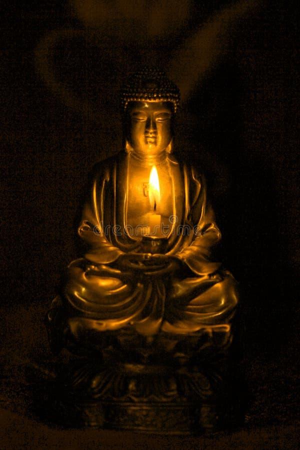 Bronze-Buddha-Statue in den darknes mit Kerze lizenzfreie stockfotos