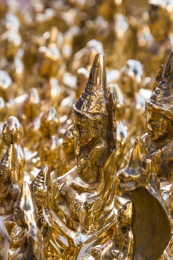 Bronze-Buddhas für Verkauf auf der Straße auf Myanmar lizenzfreies stockbild