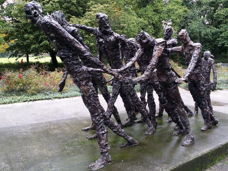 Bronze-Stateus in Aufhebung Amsterdams Holland Calles der Sklaverei in Surinam lizenzfreie stockfotos
