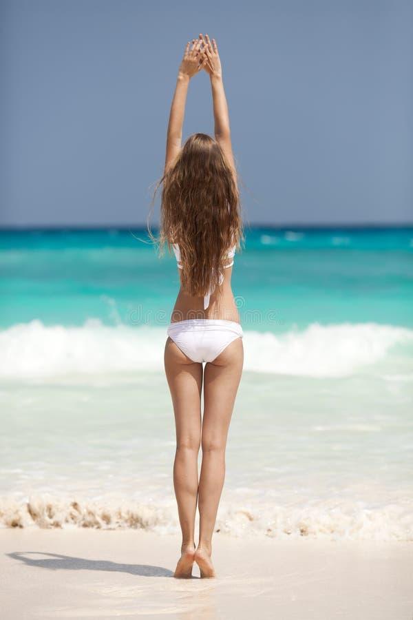 Bronze-Tan Woman Sunbathing At Tropical-Strand stockfotografie