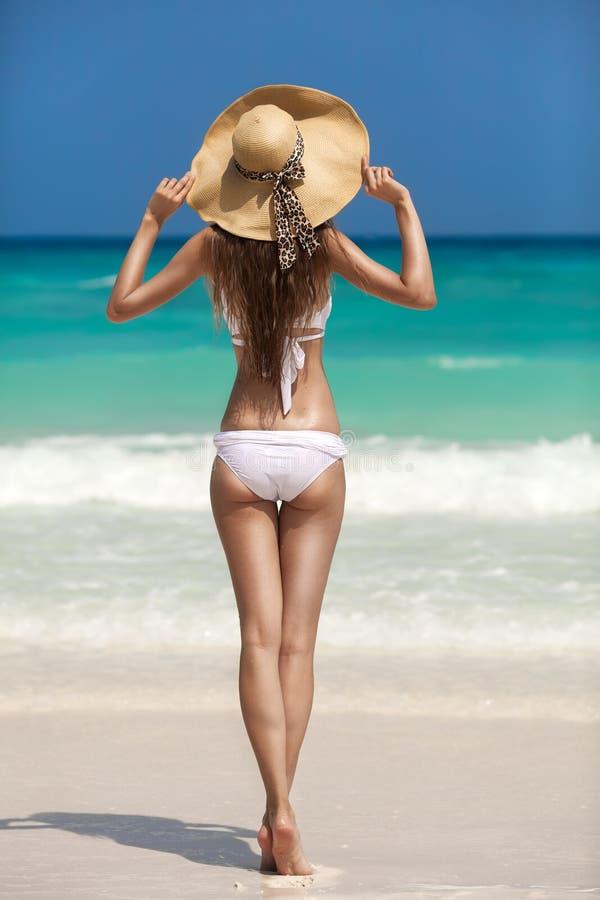 Bronze-Tan Woman Sunbathing At Tropical-Strand lizenzfreies stockbild