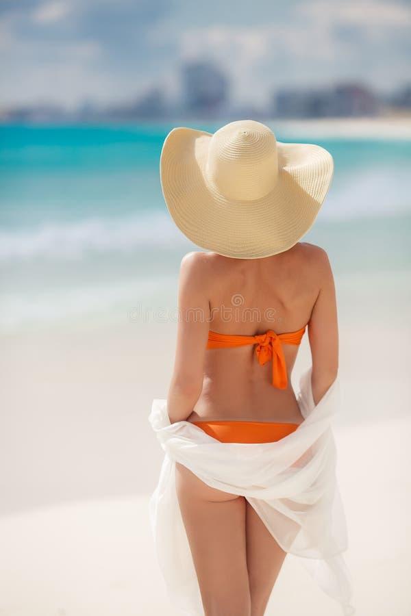 Bronze-Tan Woman Sunbathing At Tropical-Strand lizenzfreie stockfotografie