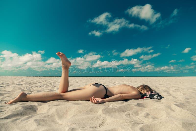 Bronzear-se em topless da mulher imagem de stock royalty free