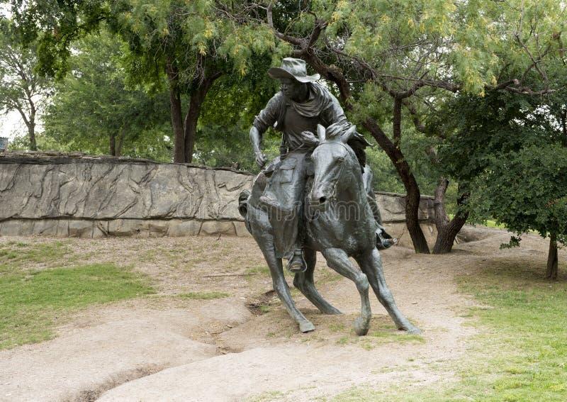 Bronzecowboy auf Pferdeskulptur, Pionierpiazza, Dallas lizenzfreies stockbild