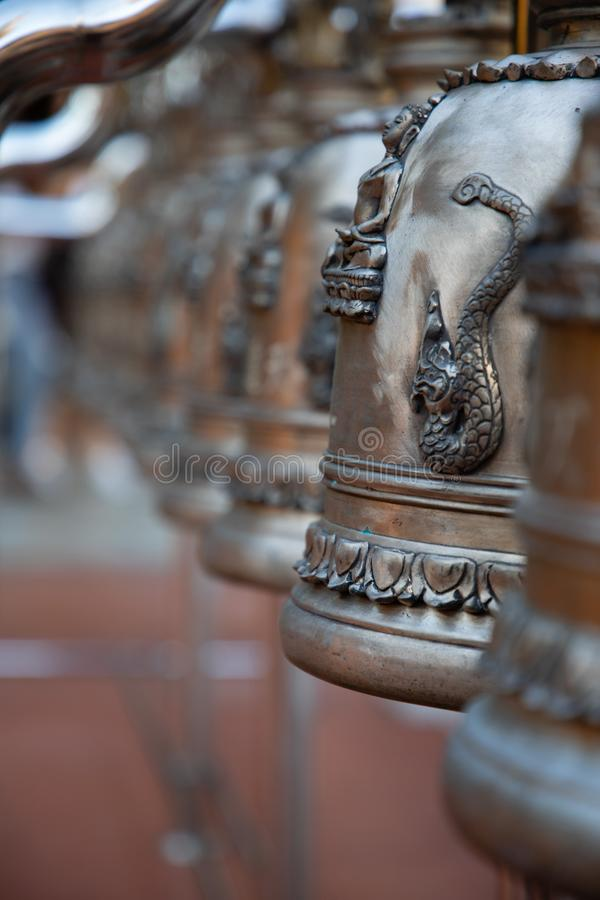 Bronzeglockenperspektivenansicht in einen Tempel in Bangkok lizenzfreie stockfotos