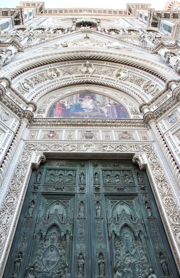 Bronzeie a porta e os mosaicos da catedral em Florença imagem de stock royalty free
