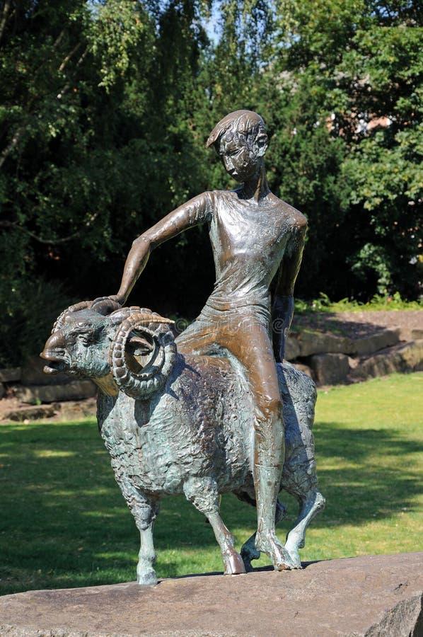 Bronzejunge und RAM-Statue, Derby lizenzfreie stockfotografie