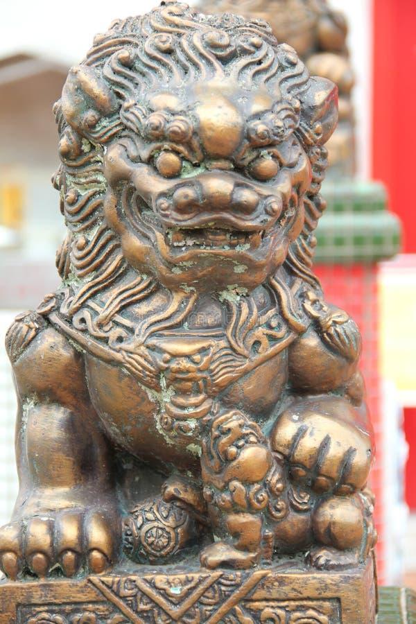 Bronzelöweskulptur lizenzfreies stockbild