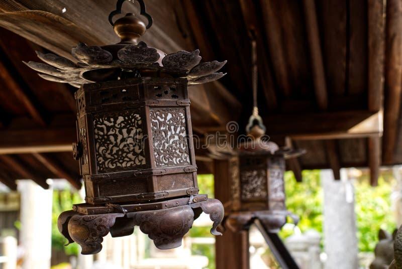 Bronzelaterne, shintoistischer Schrein, Japan defekt stockfotos