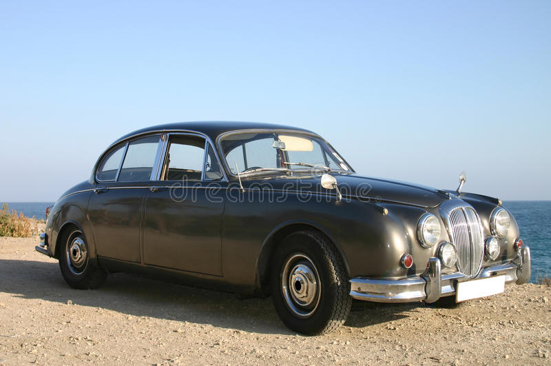Bronzeluxuxauto der familie 60s stockbilder