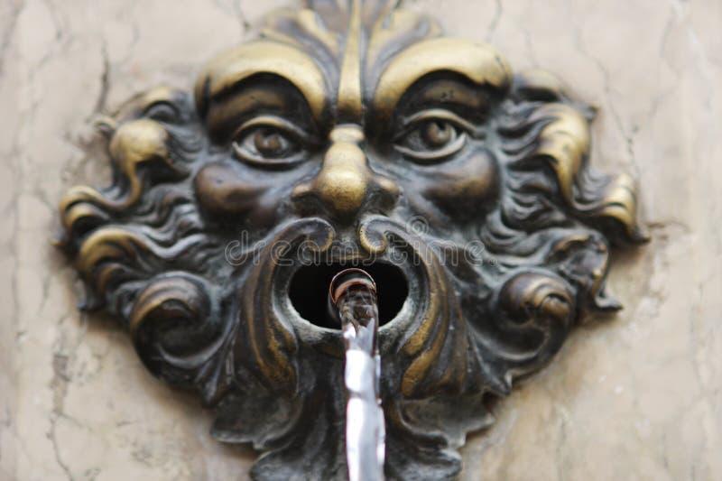 Bronzemaske - Brunnendekor in Venedig, Rialto-Brücke stockbild