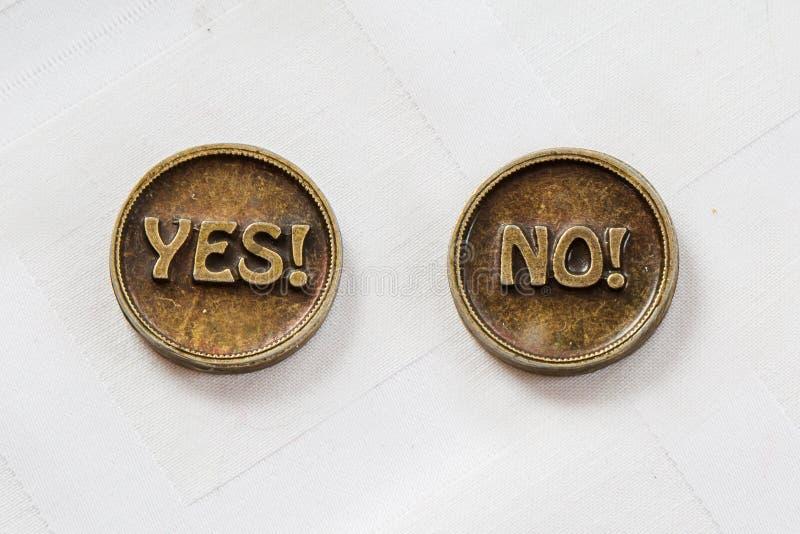 Bronzemetallmünzen ja oder nein Prägen Sie für treffen Wahl Auf weißem Hintergrund Beschlussfassung lizenzfreie stockfotografie