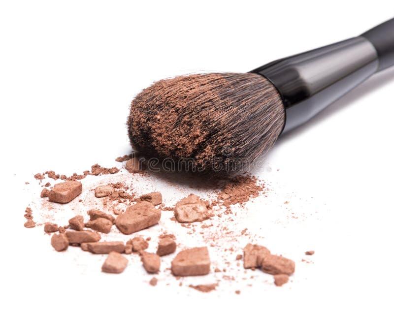 Bronzer zum Gesicht, das gebräunten Blick umreißt oder schafft stockfotografie
