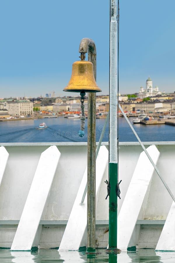 Bronzeschiffsglocke auf Fährenbogen lizenzfreie stockfotografie