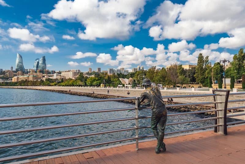 Bronzeskulptur eines Fischers auf dem Pier stockbilder