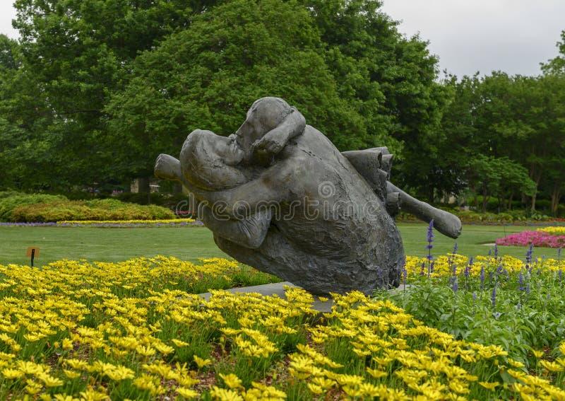 Bronzeskulptur eines Mannes, der liebevoll eine Frau an Dallas Arboretum und am botanischen Garten umfasst lizenzfreie stockfotos
