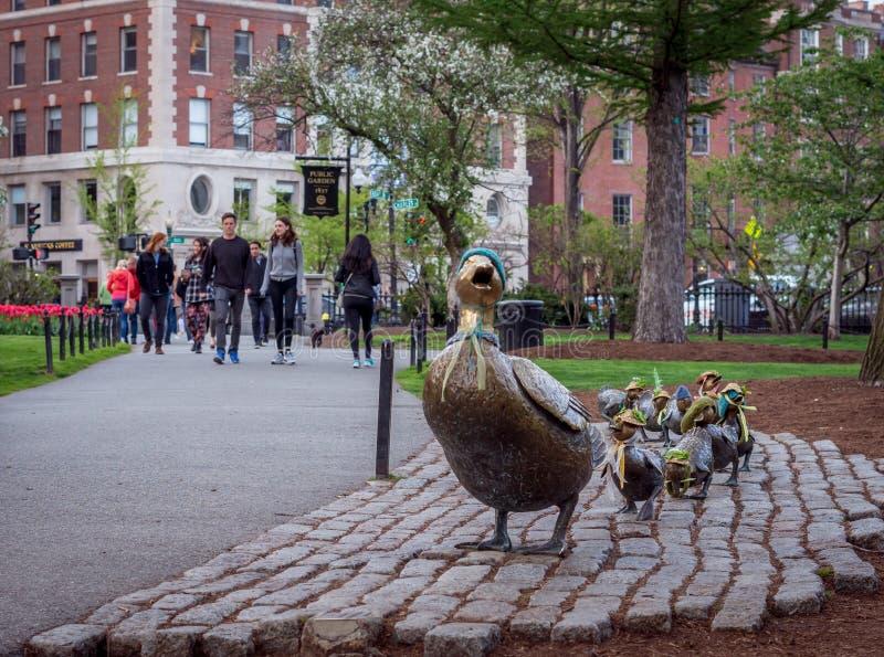 Bronzeskulptur von 'machen Weise für Entlein 'im allgemeinen Garten Bostons lizenzfreie stockfotos
