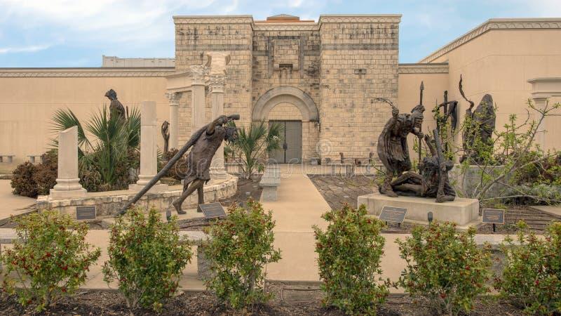 Bronzeskulpturen durch Gib Singleton im Via Dolorosa-Skulptur-Garten des Museums der biblischen Kunst in Dallas, Texas stockbild