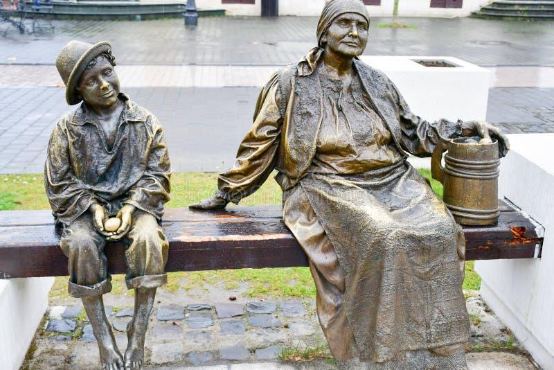 Bronzestatue des barfüßig Kindes und der Großmutter stockfotografie