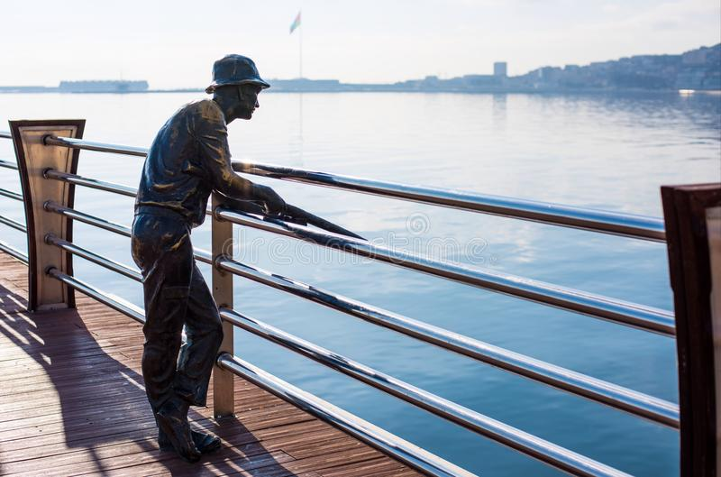 Bronzestatue des Fischers auf einem Pier lizenzfreie stockfotografie