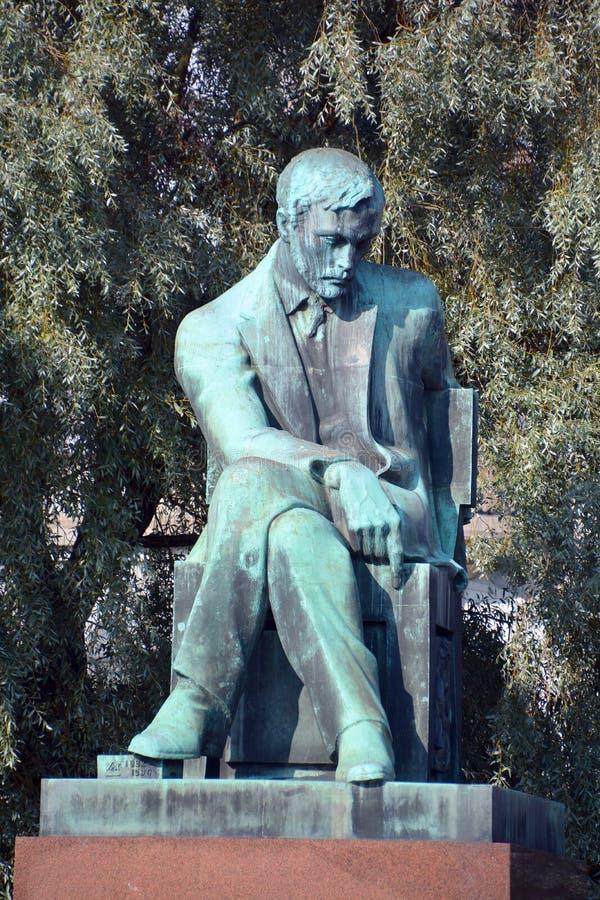 Bronzestatue von Aleksis Kivi stockfotos