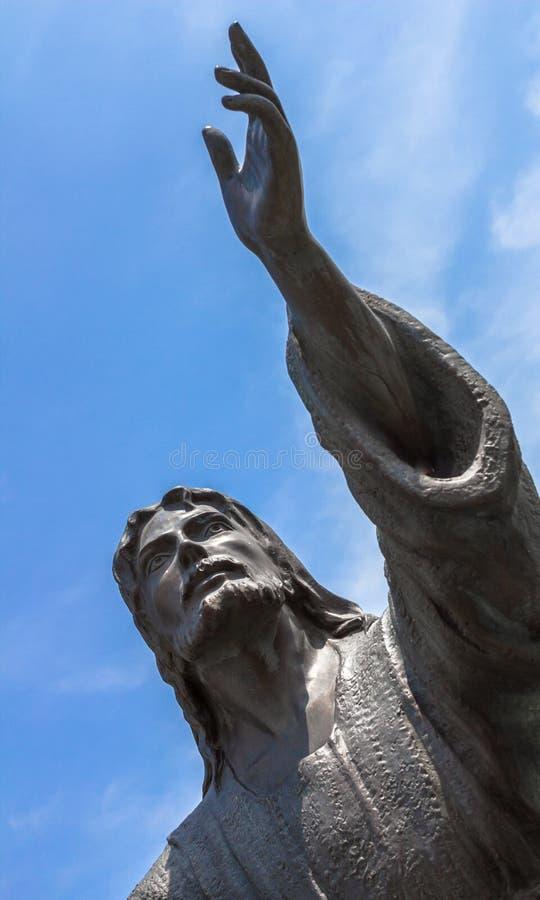 Bronzestatue von Jesus den Himmel mit beiden Armen oben betrachtend lizenzfreie stockbilder
