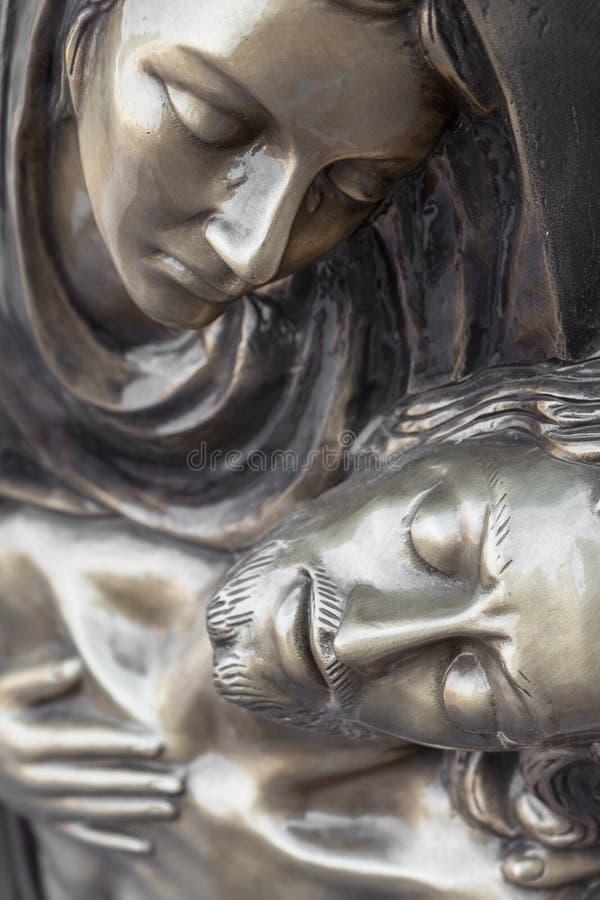 Bronzestatue von Jungfrau Maria den Körper von Jesus Christ halten lizenzfreie stockfotografie