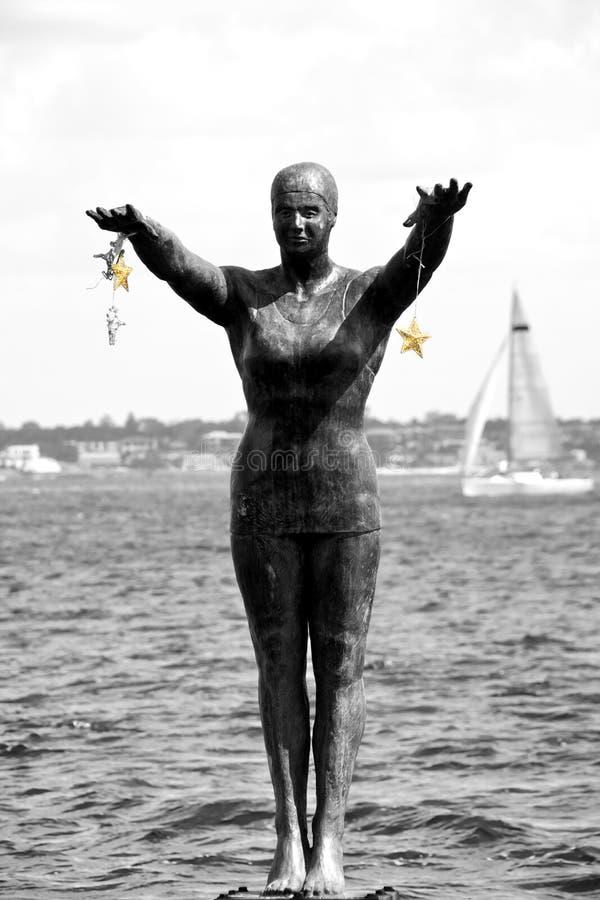 Bronzestatueholding mit zwei goldenen Sternen lizenzfreie stockfotos