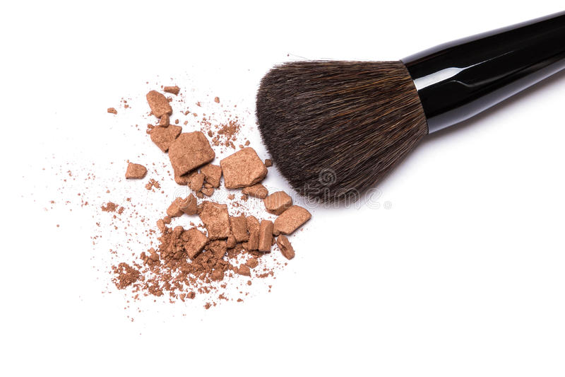 Bronzieren des Pulvers mit Make-upbürste auf weißem Hintergrund stockfoto