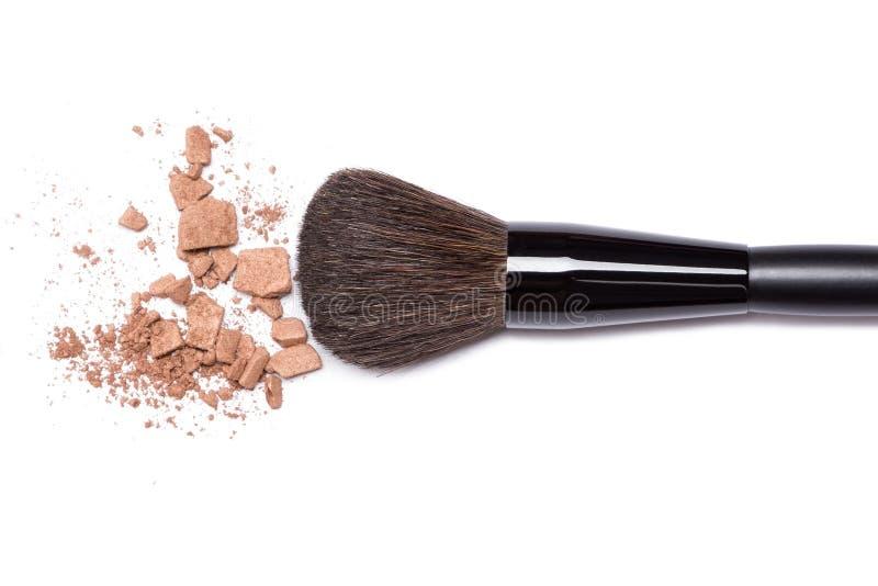 Bronzieren des Pulvers mit Make-upbürste auf weißem Hintergrund lizenzfreie stockbilder