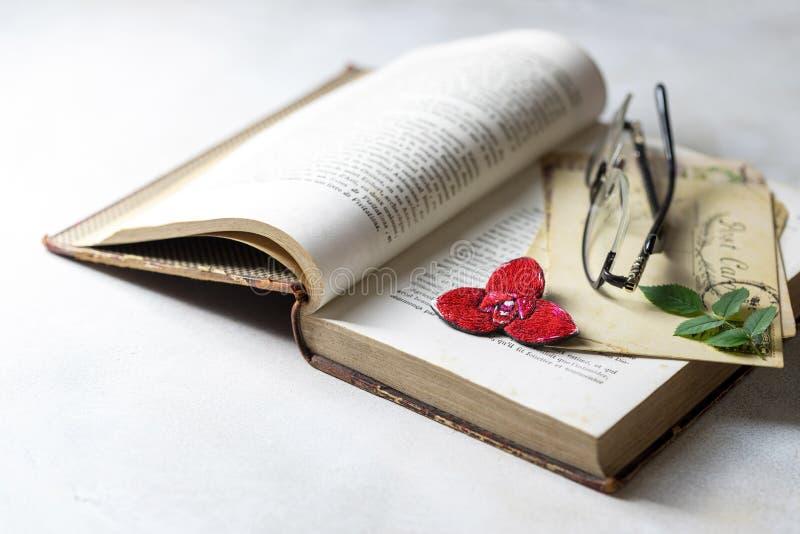 Brooch orchid, rode lycast, op een wijnboek Handgemaakt royalty-vrije stock afbeeldingen