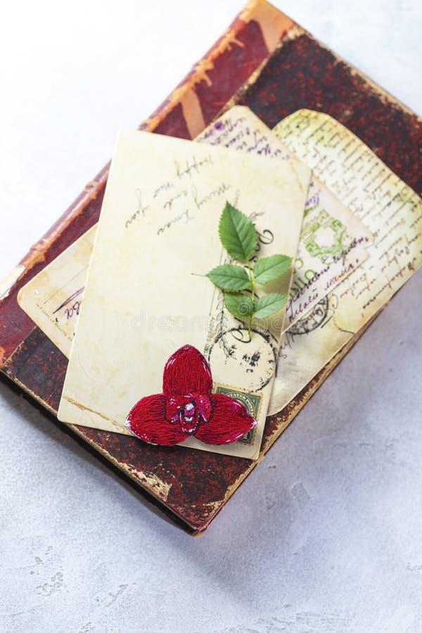 Brooch orchid, rode lycast, op een wijnboek Handgemaakt stock foto's
