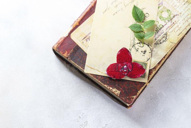 Brooch orchid, rode lycast, op een wijnboek Handgemaakt royalty-vrije stock foto