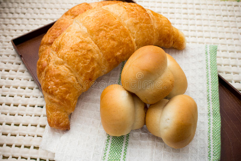 Brood bij ontbijt gezet op de doek wordt gediend die royalty-vrije stock afbeelding