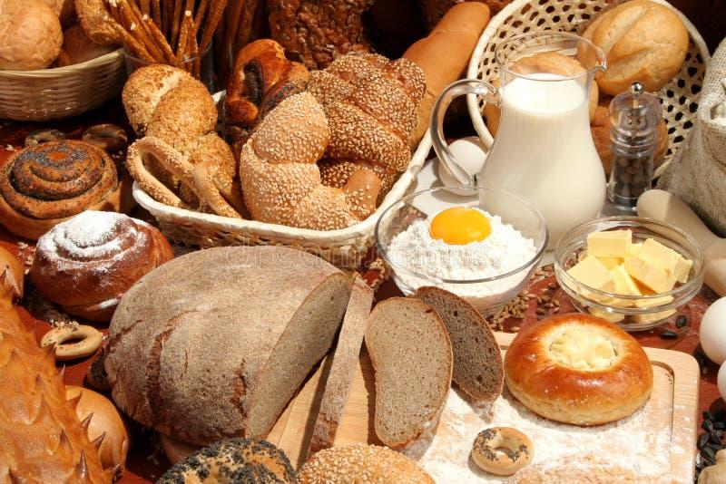 Brood, bloem, melk, eieren stock afbeelding